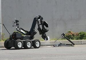 bomb-disposal-robot-in-street-e1533813337825